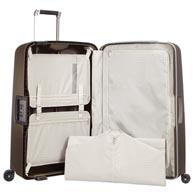 Intérieur fonctionnel avec des poches larges, un sac à linge et une poche pour vêtements humides.